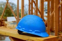Robot budowlany zbawczy hełmy dla fachowych budowniczych umieszczają na drewnianych deskach Zbawczy hełmy dla przemysłowych praco Zdjęcie Stock