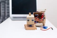 Robot capo sulla tavola nel processo di montaggio Immagine Stock Libera da Diritti