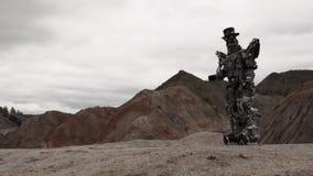Robot che cammina in un paesaggio del deserto metraggio Robot di Android nel deserto della montagna in tempo nuvoloso archivi video