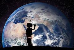 Robot che considera il pianeta Terra da spazio Concetto di tecnologia, intelligenza artificiale Immagini Stock Libere da Diritti