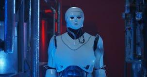 Robot che guarda intorno nel laboratorio tenue stock footage
