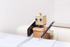 Robot che parla sul telefono cellulare Fotografia Stock