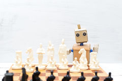 Robot con las manos que juegan a ajedrez Inteligencia artificial foto de archivo libre de regalías