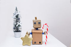 Robot con las manos que sostienen una piruleta para la Navidad Año Nuevo Imágenes de archivo libres de regalías