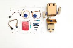 Robot con le mani e parti ed elementi di robotica fotografia stock libera da diritti