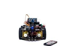 Robot con quattro ruote e controllo su un fondo bianco Fotografia Stock