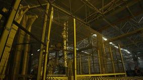 Robot Crane Lifts Glass Sheet de la máquina en taller almacen de video