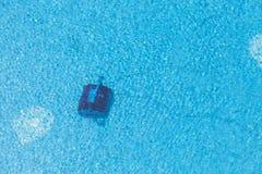 Robot czyści pływackiego basenu fotografia royalty free