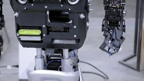 Robot démonté dans la production Le robot est prêt pour l'assemblée, soulève sa main Usine pour la production des robots banque de vidéos
