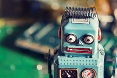 Robot d'annata del giocattolo della latta con il bordo del computer, concetto di intelligenza artificiale fotografia stock