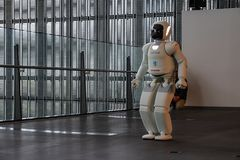 Robot d'Asimo Honda exécutant l'exposition dans le Musée National de Miraikan de la Science et de l'innovation naissantes photo stock