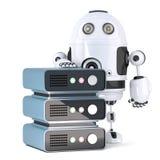 robot 3d con lo scaffale del server Contiene il percorso di ritaglio Fotografia Stock Libera da Diritti