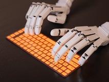 Robot dactylographiant sur le clavier Images stock