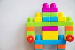 Robot dai blocchi variopinti su fondo bianco Fotografia Stock Libera da Diritti