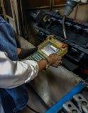 Robot de enseignement dans l'usine photographie stock libre de droits