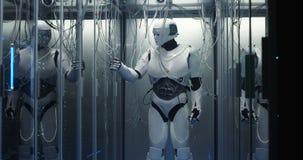 Robot de humanoïde vérifiant des serveurs à un centre de traitement des données photographie stock
