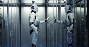Robot de humanoïde vérifiant des serveurs à un centre de traitement des données photos stock
