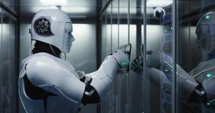 Robot de humanoïde vérifiant des serveurs à un centre de traitement des données photos libres de droits