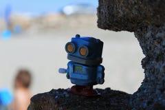 Robot de jouet sur la plage photos stock