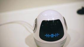 Robot de la niñera en la forma del huevo con la pantalla en su cara Él que habla a los seres humanos almacen de metraje de vídeo
