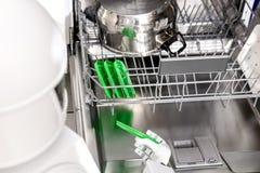 Robot de ménage avec le lave-vaisselle images libres de droits