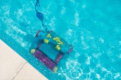 Robot de nettoyage pour nettoyer le fond de la piscine photo libre de droits