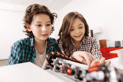 Robot de programmation heureux d'enfants dans le studio de la science Photo stock
