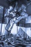 Robot de soldadura de trabajo Fotos de archivo