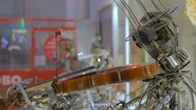 Robot del steampunk del vintage que toca el violín almacen de metraje de vídeo