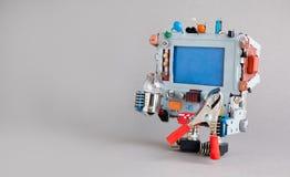 Robot del tuttofare con la lampadina delle pinze rosse su fondo grigio Copi lo spazio, modello di progettazione Immagine Stock