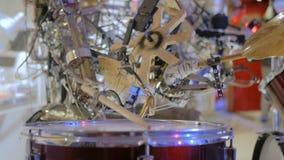 Robot del vintage que juega los tambores