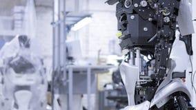 Robot desmontado en la producción El robot está listo para el montaje, él prueba todos los sistemas Planta para la producción de metrajes