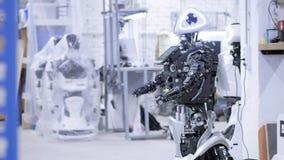 Robot desmontado en la producción El robot está listo para el montaje, él prueba todos los sistemas Planta para la producción de almacen de metraje de vídeo