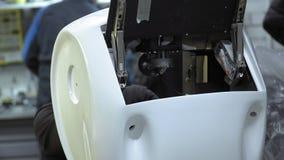Robot desmontado en la producción El ingeniero monta y repara el cuerpo del robot Planta para la producción de metrajes