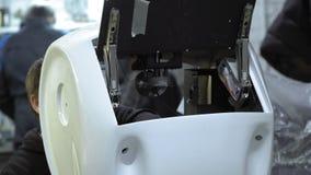 Robot desmontado en la producción El ingeniero monta y repara el cuerpo del robot Planta para la producción de almacen de video