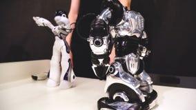 Robot di programmazione dell'uomo per fare i movimenti Il controllo del tipo fa funzionare i robot Tecnologia futura 4k video d archivio