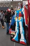 Robot e la gente di Gundam alla convenzione di Festival del Fumetto a Milano, Italia Immagine Stock