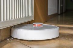Robot elegante de la succión para un hogar limpio fotos de archivo libres de regalías