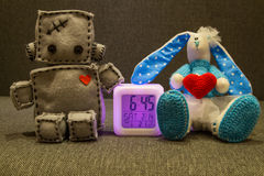 Robot et lapin Jouets mous au jour de valentines Images libres de droits