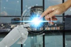 Robot et mains humaines touchant sur la technologie et le fond de ville, concept de technologie d'intelligence artificielle image stock
