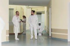 Robot för sjukvårdomsorg i ett sjukhus eller en kirurg royaltyfri fotografi