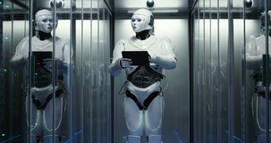 Robot futurista con la tableta en sitio del servidor