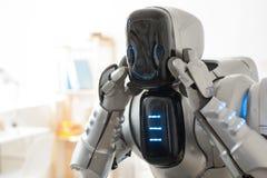 Robot gai tenant sa main sur la tête photo libre de droits