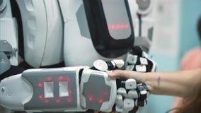 Robot grande que sacude la mano de los seres humanos y que da el alto cinco Robot del antropomorf del Humanoid metrajes