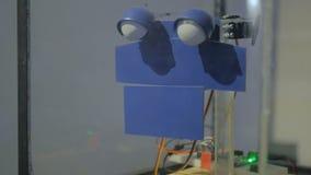 Robot hecho a mano simple triste en la exposición de la tecnología metrajes