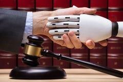 Robot het Schudden Handen met Rechter stock foto's