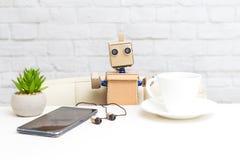Robot i filiżanka kawy sztuczna inteligencja fotografia stock