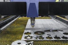 Robot industrial que corta el acero con el laser fotografía de archivo libre de regalías