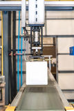Robot industrial que trabaja en fábrica Fotografía de archivo