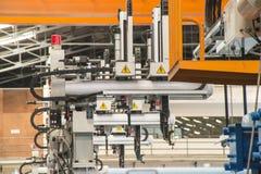 Robot industrial que trabaja en fábrica Fotos de archivo